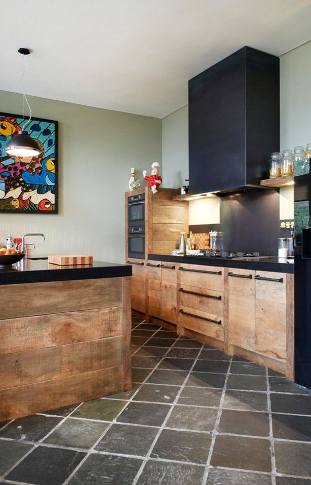 Eiken keuken van RestyleXL gemaakt van 150jaar oud eikenhout. Details als gesmede handgrepen, een blauwstalen schouw maken deze keuken uniek
