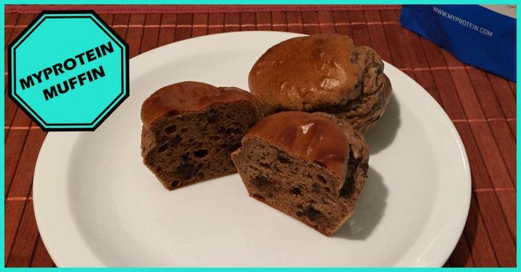 Für 8 Muffins brauchst du:  100 g MyProtein Muffin Mix Pulver 150 ml Milch 60 g Proteinpulver (wir haben das Impact Whey Prtotein Schokolade Brownie vom MyProtein, das wir auch getestet haben, verwendet) 2 Teelöffel Öl (empfohlen wird Kokosöl) 50 g Schokolade (min. 75% Kakaoanteil) 1 EL Erdnussbutter