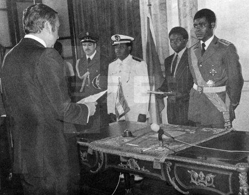 PRESENTACIÓN CARTAS CREDENCIALES: Malabo, (Guinea Ecuatorial), 7-1-1980: El Embajador español, José Luis Graullera (i), presenta sus cartas credenciales al Presidente del Consejo Militar Supremo de Guinea Ecuatorial, coronel Obiang Nguema (d) . EFE/jd