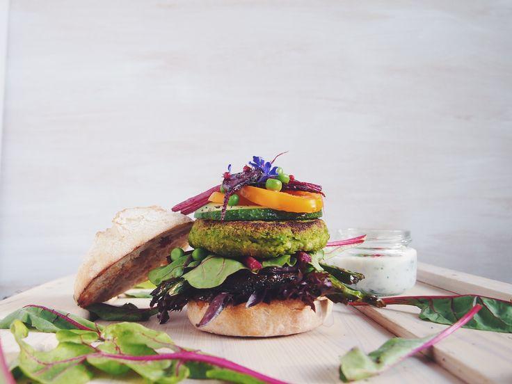 WIOSENNE WEGEBURGERY Z ZIELONYM GROSZKIEM I MIĘTĄ   Spring vegan burgers with peas and mint #vegeaddicted