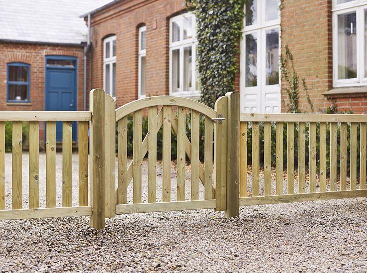 Dette hegn er præget af den fine sammenhæng mellem hegn og låger. Hegnet kan males efter eget valg.