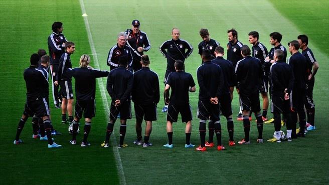 Jupp Heynckes (FC Bayern München) FC Bayern München coach, Jupp Heynckes speaks to his players during a training session