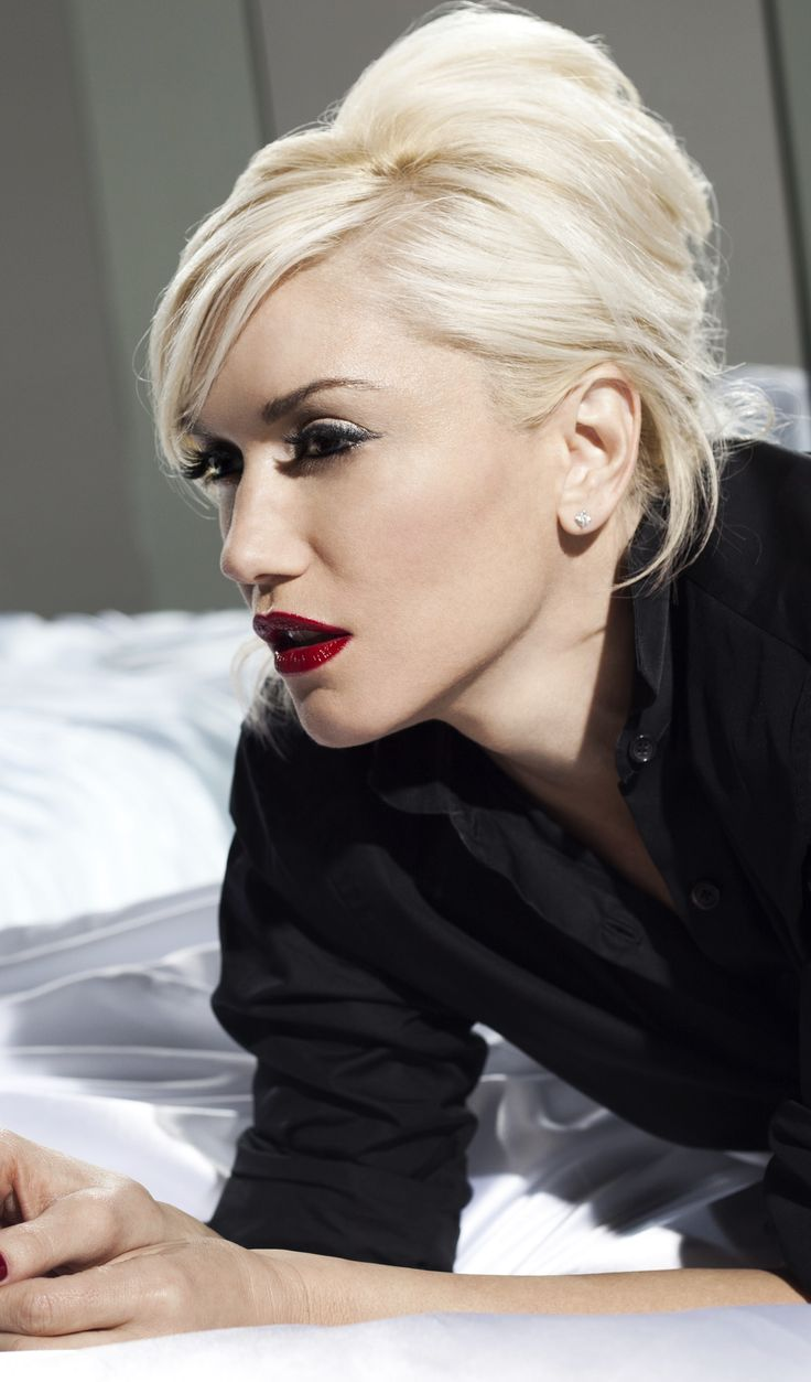 Gwen Stefani, the coolest blondie besides blondie of course How to apply makeup correctly, info here: http://crazymakeupideas.com/12-nail-art-ideas-for-your-toes/