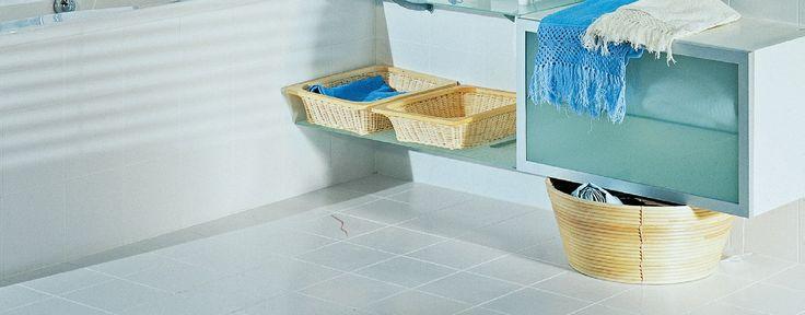 Jeśli zauważyłaś, że w łazience pękła płytka podłogowa nie musisz czekać na remont. Łatwo możesz ją bowiem samodzielnie wymienić. Jedyny warunek to posiadanie zapasowej płytki...