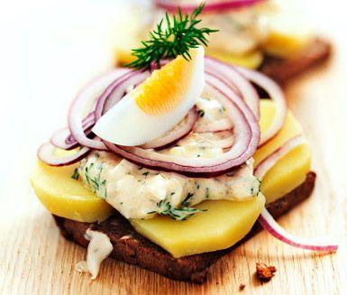 Smörrebröd med potatis, kaviar och ägg