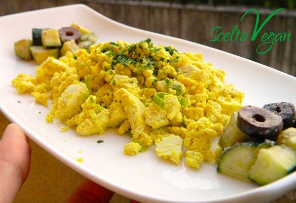 Quella che ti propongo oggi è una deliziosa alternativa all'uovo. Provare per credere! Ricetta: Ho affettato del porro e l'ho fatto saltare in padella a fiamma dolce con due cucchiai di olio extravergine di oliva. Intanto, in una ciotola, ho schiacciato un panetto di tofu al naturale con un po' di sale alle erbe, un