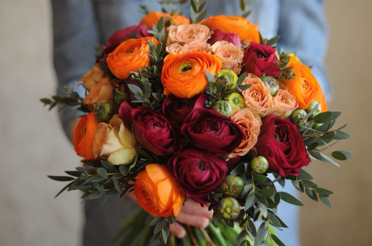 Bouquet with orange and maroon ranunculus and beige roses / Букет с ранункулюсами и бежевой розой