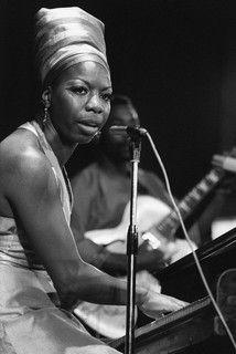 Nina Simone en juillet 1969 lors d'un concert dans le cadre du festival panafricain d'Alger. Infatigable militante des droits civiques, c'était aussi une femme en colère. Pianiste de formation classique, elle aurait pu devenir concertiste si la couleur de sa peau n'avait été un obstacle dans l'Amérique de l'après-guerre.