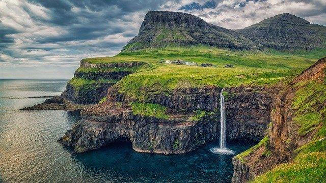 7.Gásaladur fica nas Ilhas Faroé, um arquipélago encravado no Altântico Norte entre a Escócia e a Islândia