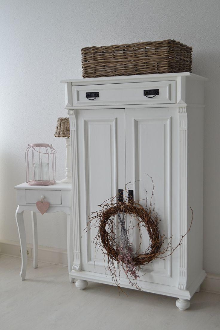Unieke, brocante meubelen welke op professionele wijze zijn gerestyled. Door hun ouderdom en unieke kenmerken geven deze meubelen uw huis een sfeervolle uitstraling.