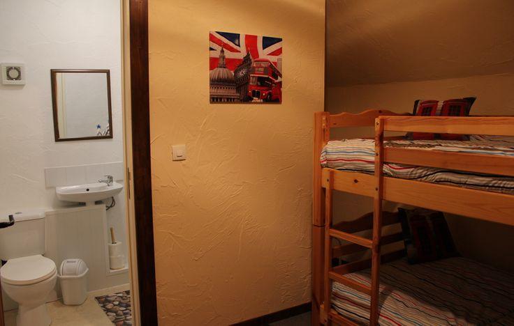 chambre  pour etudiants  'Jubilee et Wembley'   Chaque chambre a des lits superposés et une salle d'eau privé avec douche, lavabo et W.C.   Deux étudiants maximum pour chaque chambre.