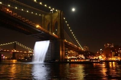 Puente de Brooklyn, Estados Unidos, Nueva York. El puente más representativo de Nueva York cumple 125 años y para celebrarlo se ha cubierto con una catarata artificial, obra del artista John A. Roebring. Cuando se inauguró el año 1883, fue la mayor pasarela colgante de su época. Cruzarlo a pie lleva unos 20 minutos.