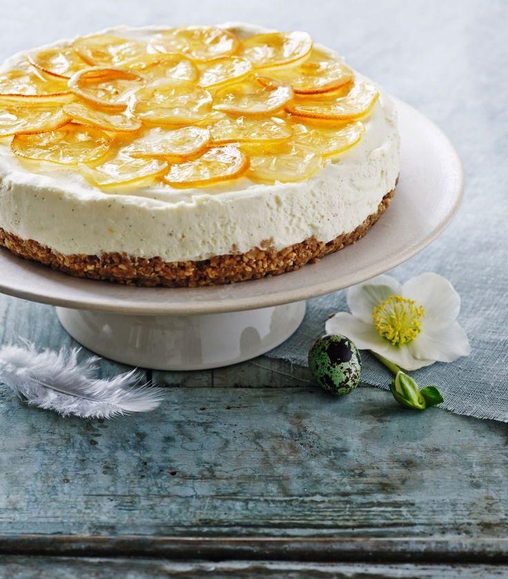 En frisk version af cheesecake med et skud af den italienske citronlikør limoncello og med kandiserede citronskiver på toppen. Enkelt og uimodståeligt.