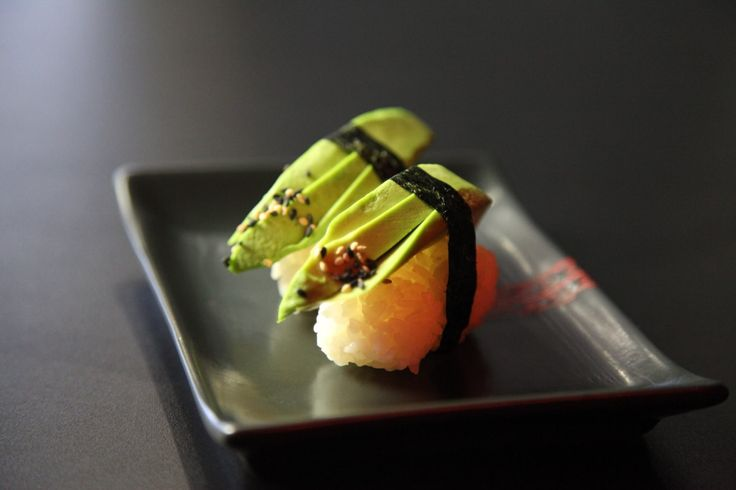 Aj tento týždeň vás naučíme niečo nové.💡 Ukážte kamarátom, že ste sushi znalec a porozprávajte im niečo o Nigiri. 😊 My vás všetko dôležité naučíme. Základom Nigiri sushi je valček ryže, na ktorej je položený plátok ryby, avokáda, tofu alebo vajíčkovej omelety. 🍣