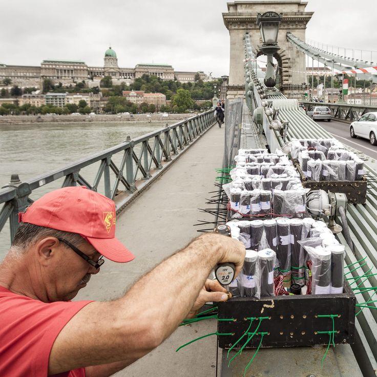 Zajlanak az előkészületek a Lánchídon a holnapi ünnepi tűzijátékra. Kövesse egész nap az eseményeket az Origón!   Fotó: Szigetváry Zsolt – MTI  #tuzijatek #budapest #everydaybudapest #aug20 #augusztus20