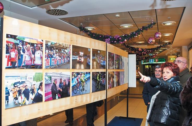 La mostra rappresenta i momenti più belli e significativi de Il Lombardia 2011, Il Giro d'Italia 2012, I Promessi Sposi Opera Moderna di Guardì e Il Lombardia 2012