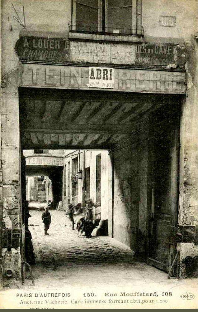 Paris vers 1900, 108 rue Mouffetard - Paris 5e. C'était l'entrée d'une ancienne vacherie où se trouvait une cave immense formant un abri pouvant contenir 1200 personnes. C'est actuellement le square Vermenouze.