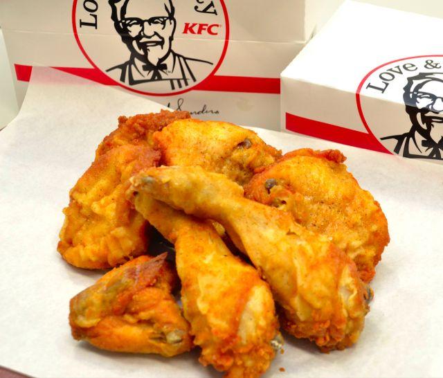 知ってそうで知らなかった食べ方のコツを5コマで配信していきます。今回は、「ケンタッキーフライドチキン」。KFCのチキンはコツさえ知っていれば簡単に、かつムダなく食べることができるんです!ではそんなフライドチキンの上手な食べ方をご紹介します。 (5ページ目)