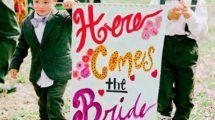 pajem com faixa lá vem a noiva