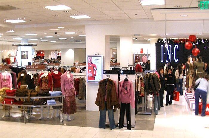 El almacén se venden muchas cosas como abrigos, sueters, chalecos y cinturones. A mi me gusta la falda de rayas.