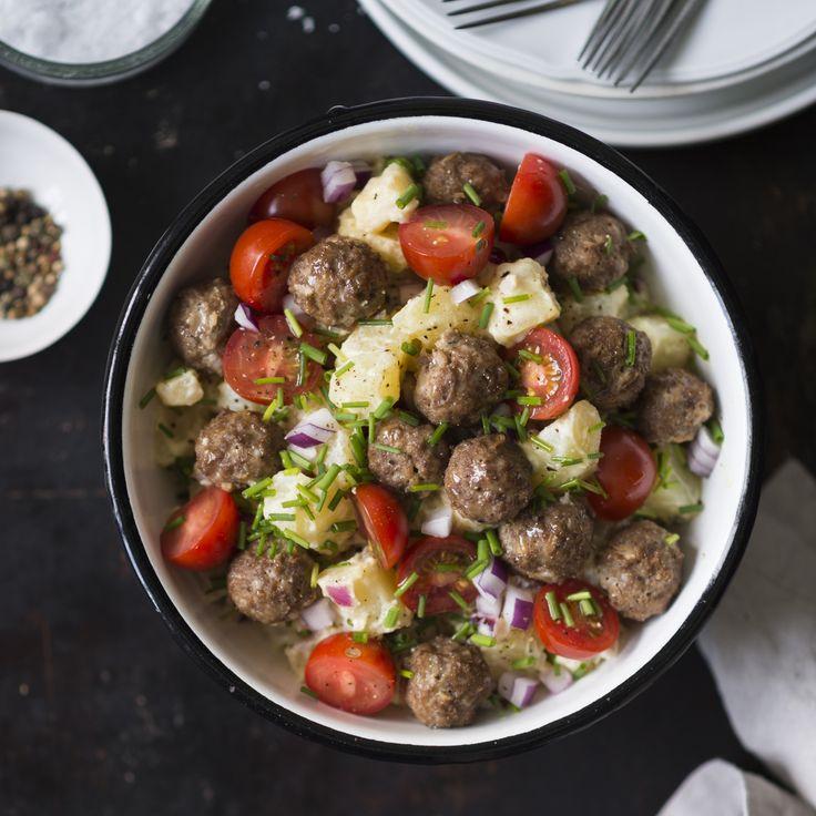 Ruokaisassa perunasalaatissa on lihapullat mukana matkassa. Salaatti sopii hyvin vappubrunssille. Resepti vain noin 1,00 €/annos*.