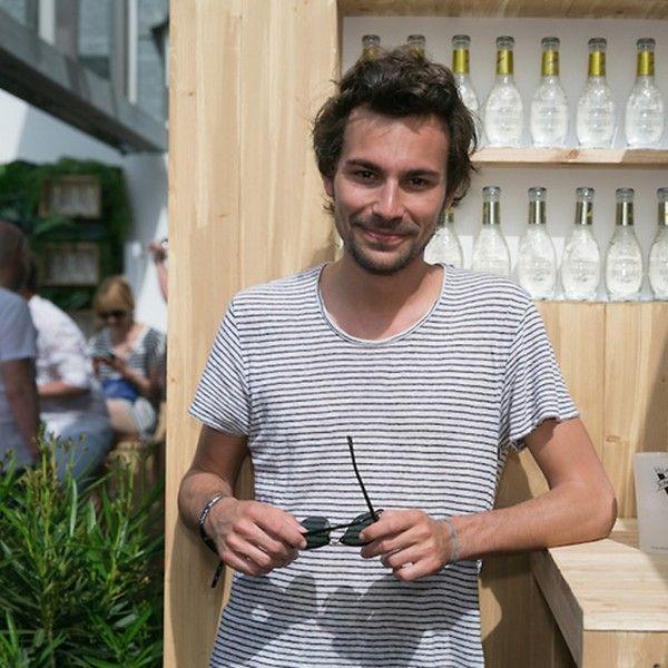 On l'a croisé en soirée à la Villa Schweppes, on a déambulé sur la Croisette avec lui, essayant d'avoir une conversation alors que, tous les dix mètres, des fans l'interpelaient, on a même monté les marches du palais avec lui. Bertrand Chameroy, de « Touche pas à mon poste », nous raconte ses meilleurs moments à Cannes. http://www.elle.fr/Cannes/News/Cannes-2015-le-festival-de-Bertrand-Chameroy-2951046