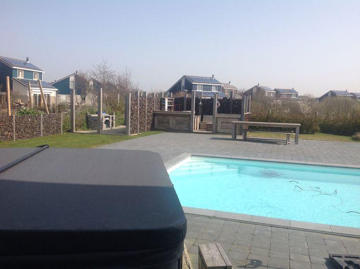 Achtertuin met zwembad en jacuzzi