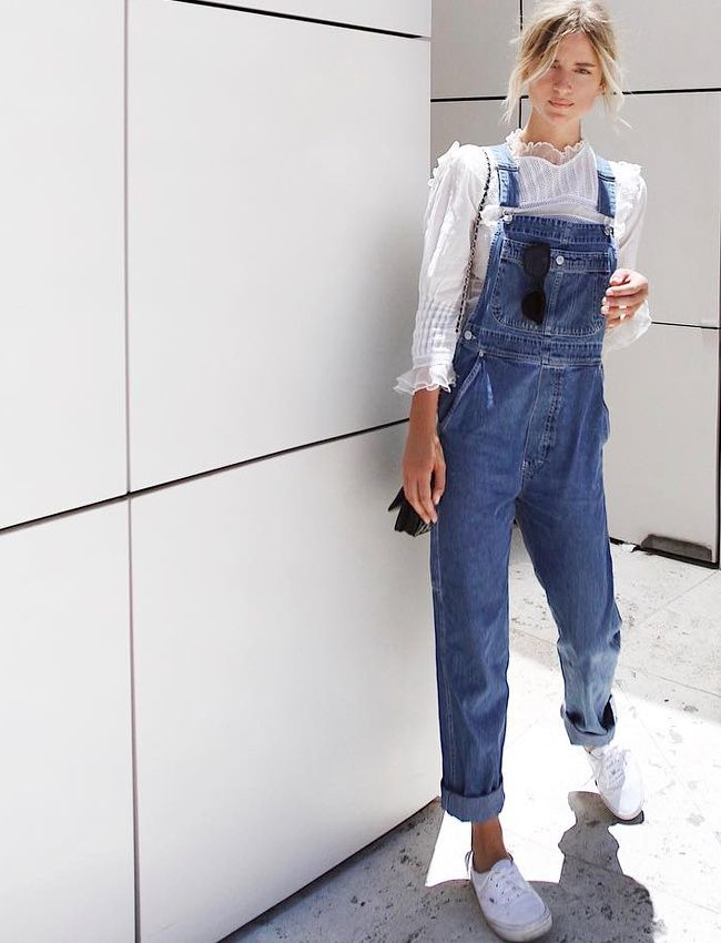 Blouse blanche en dentelle + salopette en jean = le bon mix (photo Mija Flatau)