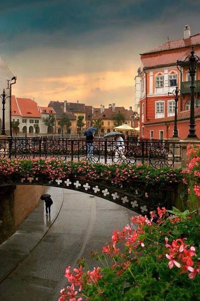 Puente de los mentirosos en un día lluvioso, Sibiu, Rumania. Los 10 pueblos más bonitos en Rumania  www.travel4life.club