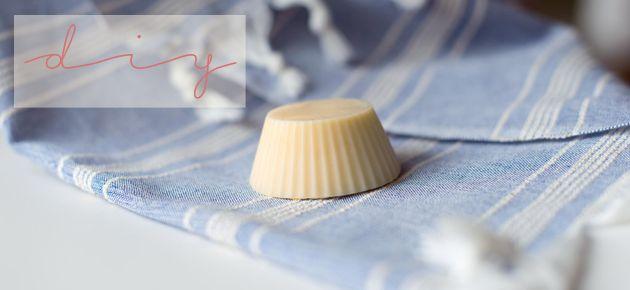 I ♥Eco slaat met Iris vanDruantiade handen in elkaar voor een zalige DIY-reeks. Verwacht je elke maand aan een origineel receptje voor natuurcosmetica. In de zomer krijgt onze huid het hard te verduren. Wie vindt het niet fijn om van de zon te genieten? Om onszelf extra te verzorgen tijdens de zonnige zomermaanden inspireren we jullie met een zalig receptje voor een hydraterende lotion! Kokosolie en sheaboter beschermen de huid tegen vochtverlies en maken de huid glad en zijdezacht…