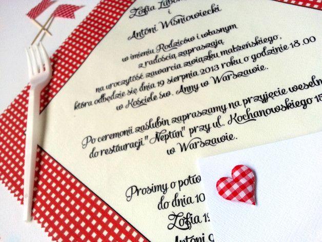 **Pierwsze w Polsce zaproszenia ślubne na bawełnianych chusteczkach!**  Czerwona kratka nawiązuje do koców, na których rozgrywają się romantyczne pikniki. Jeśli lubicie taką formę spędzania czasu... #wedding #invitations