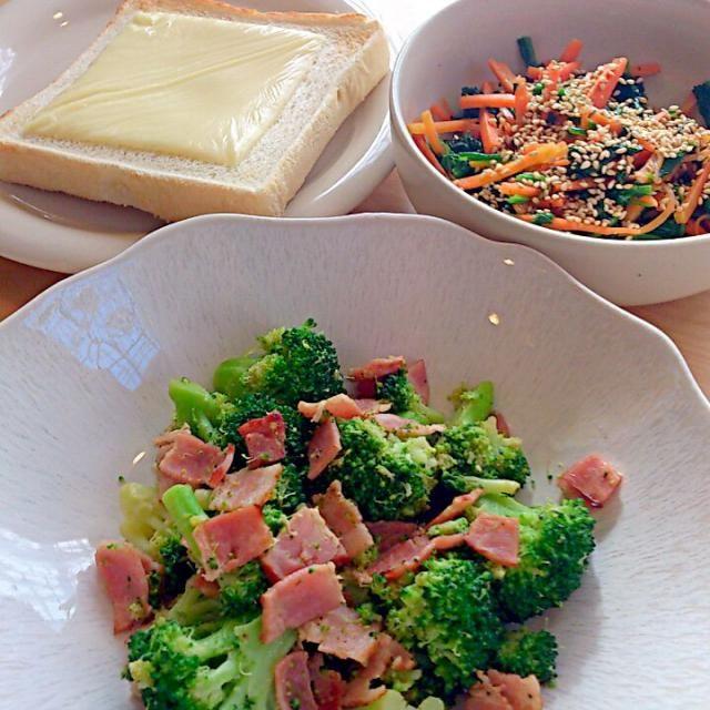 野菜中心の朝食で。ようやく年度末も終わり朝ごはん作り復活です。 - 8件のもぐもぐ - ブロッコリーとベーコンの炒めものと、ホウレン草とニンジンのナムル by sojimandragon