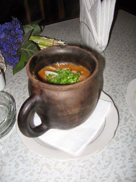 Recette de lobio, ragoût d'haricots rouges, ail, oignons, poivrons, coriandre fraîche. épicé. Un ragoût tout légumes de la cuisine géorgienne, qui pourrait s'apparenter à une entrée, un mezze chaud. Servi à l'apéro, en trempette, il se déguste avec du pain géorgien, de la pita, des gressins ou tortillas par exemple. Un plat compatible avec un régime vegétalien (vegan).