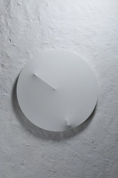 Rellotge fet a partir de tela que amb la pressió de les agulles crea unes tensions que marquen hores i minuts.