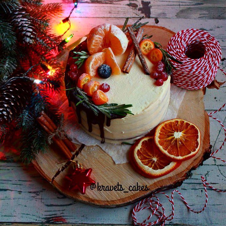 Новогодний тортик, пряные ореховые коржи с добавлением ананаса, банана и нежным кремом из сливочного сыра. Автор instagram.com/kravets_cakes
