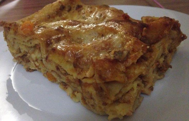 Λαζανια με κιμα,μπεσαμελ και γραβιέρα σε στρώσεις!Ησυνταγή είναι εξαιρετική και είναι πολύ καλή επιλογή για μπουφέ. Υλικα 1 κουτι λαζανια Για τον κιμα 1 κιλο κιμα 2 κρεμμυδια ξερα 2 σκελιδες σκορδο 2 καροτα 2 κ.σ πελτε 1/2 κουτι χυμο ντοματας 1 σφηνακι κονιακ 4-5 μπαχαρια 2 δαφνοφυλλα 1/2 κγλ κανελα 1 πρεζα ζαχαρη Αλατι-πιπερι …
