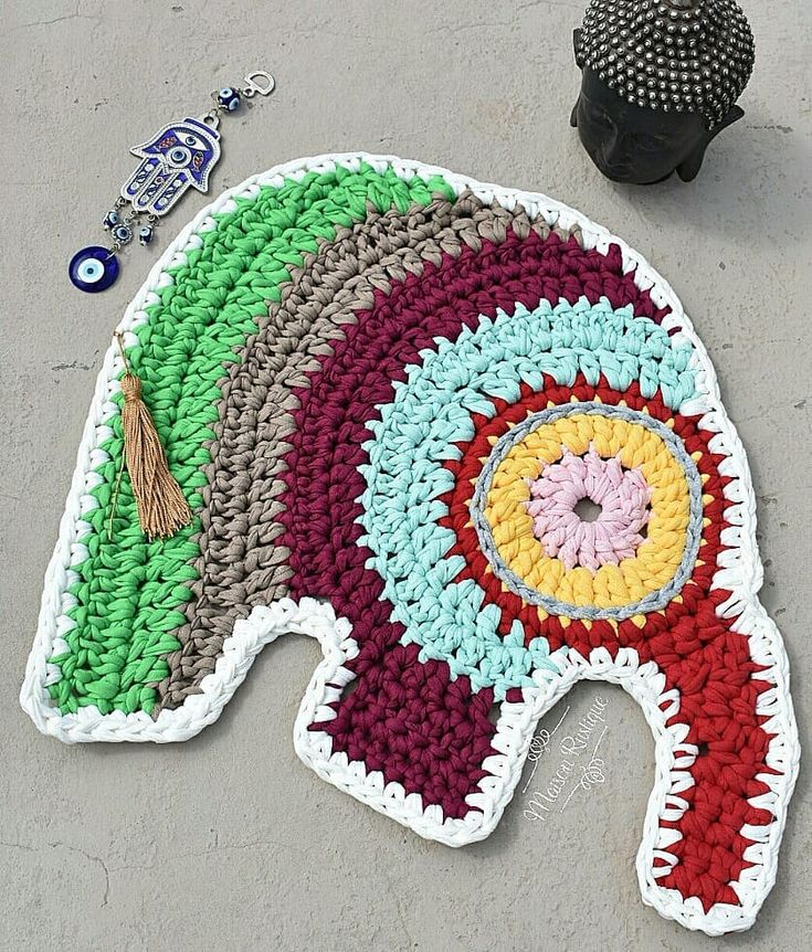"""Quando bati o olho nesse elefante, fiquei louca pra fazê-lo. Descobri que a designer dele vendia o gráfico e corri pra comprar! Simmm minha gente, não faço de olhômetro porque tenho muito respeito pelas pessoas que criam e vivem disso. Com fio de malha ficou bem grandinho e acaba virando um tapetinho lindo 😍😍😍 Fora que a simbologia do elefante na cultura Indiana """"é símbolo da boa sorte. Simboliza também sabedoria, persistência, determinação, solidariedade, sociabilidade, amizade…"""