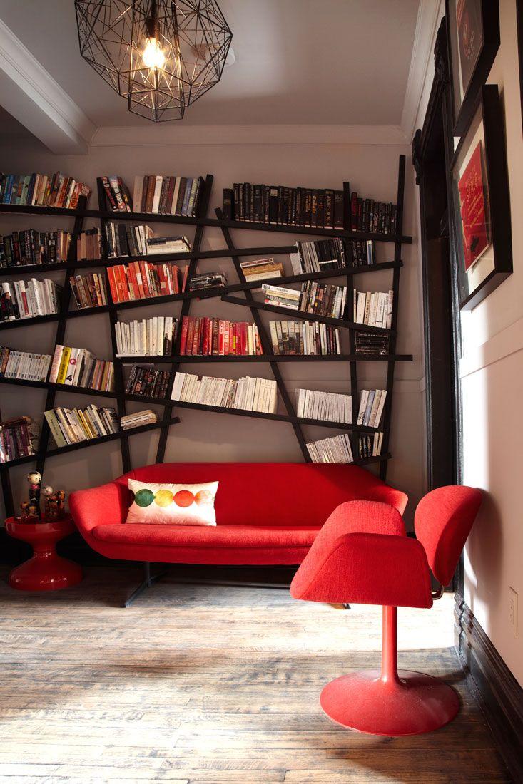 Самые оригинальные настенные полки: Интересные решения для любого интерьера (60 фото) http://happymodern.ru/polki-nastennye-60-foto-originalnyx-reshenij/ Бунтарская форма стеллажа для книг и мебель в стиле 70-х