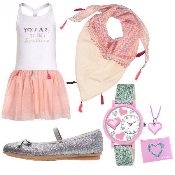 Outfit composto da abito con gonna in tulle e nappine, scarpe glitterate con…