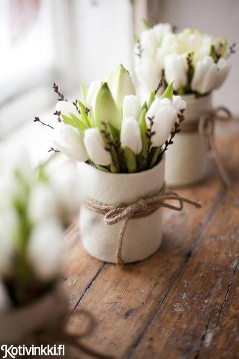 Päällystä ruukku tai säilykepurkki askarteluhuovalla ja sido juuttinarulla yhteen. Kuva/pic Kaisa Rautaheimo. #christmasflowers
