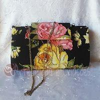 Bolsa de festa preta com bela estampa floral borada com vidrilho acompanhando as cores no tecido, alça tira-colo em corrente e um porta batom no mesmo tecido acompanhando!