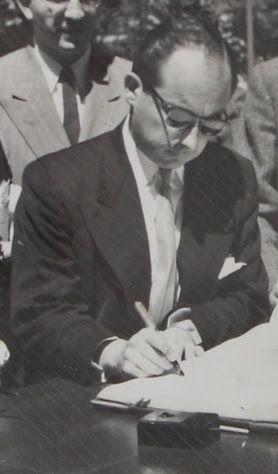 COLEGIO GIMNASIO MODERNO BOGOTÁ D.C., BACHILLER DEL GIMNASIO MODERNO Y ARQUITECTO DE LA UNIVERSIDAD NACIONAL DE COLOMBIA WALTER VELASCO MEJIA FIRMANDO EL ACTA DE ASISTENCIA.