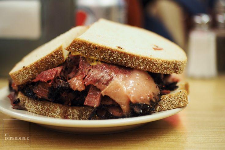 No puedes decir que has visitado Nueva York si no te comes uno de los sándwich de pastrami de Katz's Delicatessen. Foto por Asier G. Morato.
