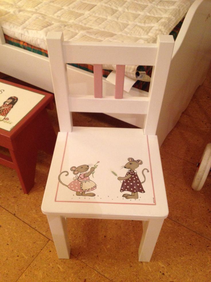 Liten stol i vitt med möss