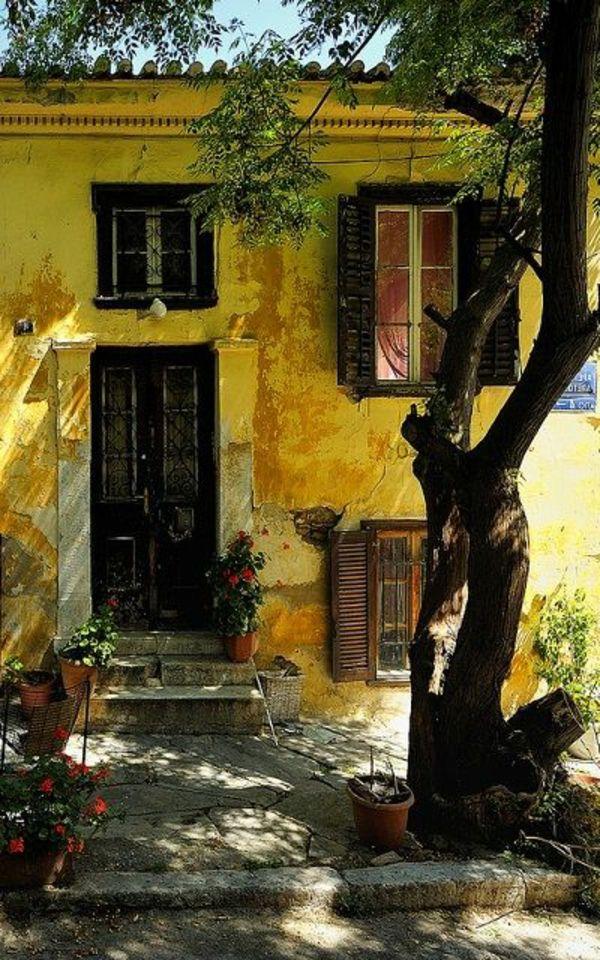 une maison ancienne avec architecture grecque