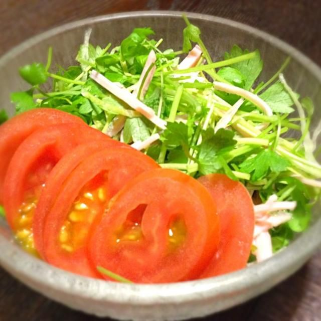 デパ地下に綺麗なセロリ菜を見つけサラダに。 - 95件のもぐもぐ - セロリ菜、ロースハム切込みサラダ  ベビートマト添え by mottomatu