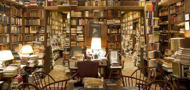 """""""Najdziwniejszą rzeczą u ludzi, którzy mieli dużo książek, było to, że zawsze chcieli mieć ich jeszcze więcej"""" - pisała swego czasu Patricia A. McKillip. Prezentujemy ośmiu uznanych kolekcjonerów książek oraz ich imponujące domowe biblioteki."""