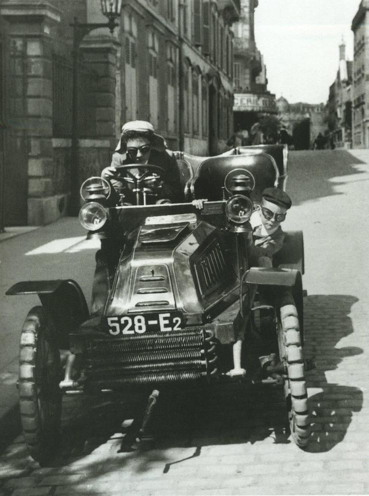 """""""Zissou et moi en coureur automobile, auto De Dion à pneus increvables, rue Cortambert, 1903"""". Tout est dit... Une photo de Jacques-Henri Lartigue."""