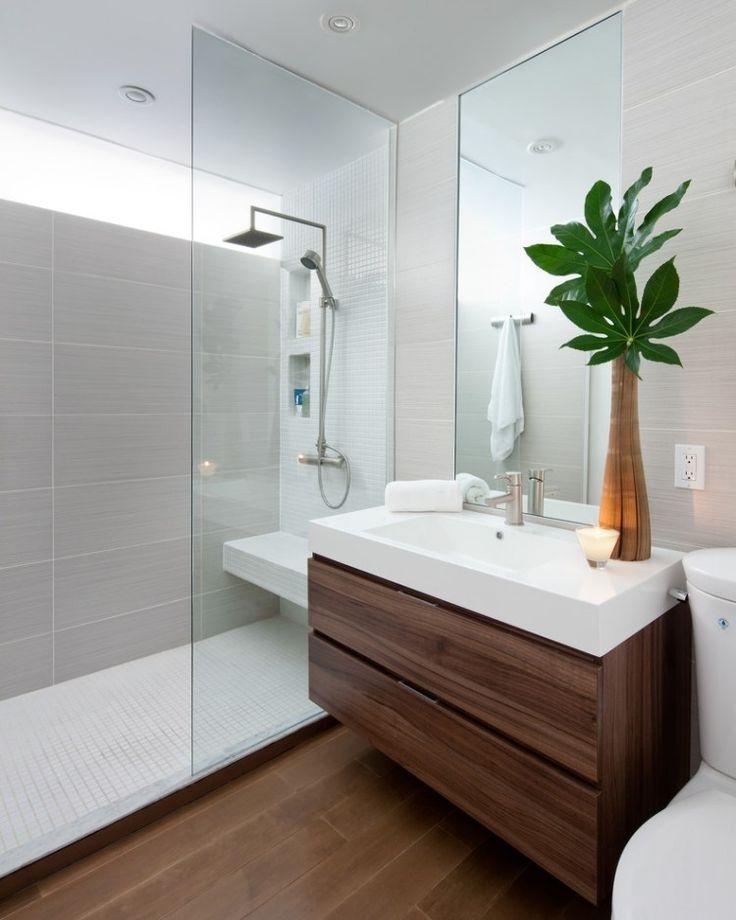 salle de bains avec une douche italienne, carrelage gris et un grand miroir