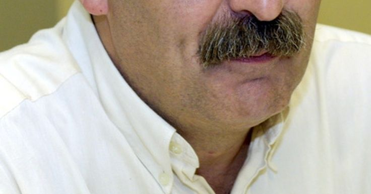 Cómo recortar y encerar un bigote. Mantener un bigote bien cuidado incluye el recorte y encerado con regularidad. Así evitas que se convierta en una barba candado o voluptuosa, y que se meta dentro de tu boca. Encerar el bigote, sin embargo, es una opción de aseo personal que te permite darle forma con diseños extraños, extravagantes o de estilo, y funciona muy parecido a gel para ...